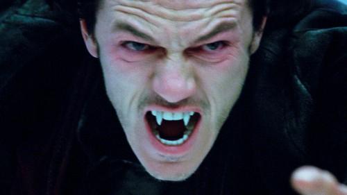 Roaaaaaaarh ! Je suis le prince des ténèbres, ça se voit, j'ai du maquillage rouge autour des yeux !